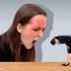 怒られている女性